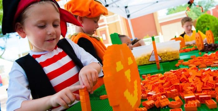 Celebrando Halloween en Legoland con niños