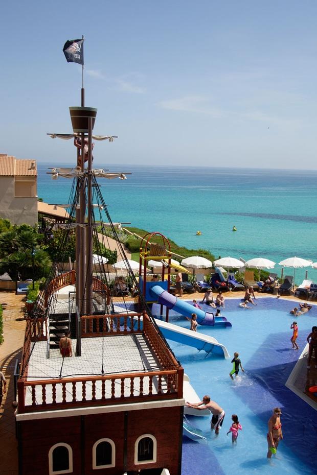piscinas de hotel con barco pirata y toboganes